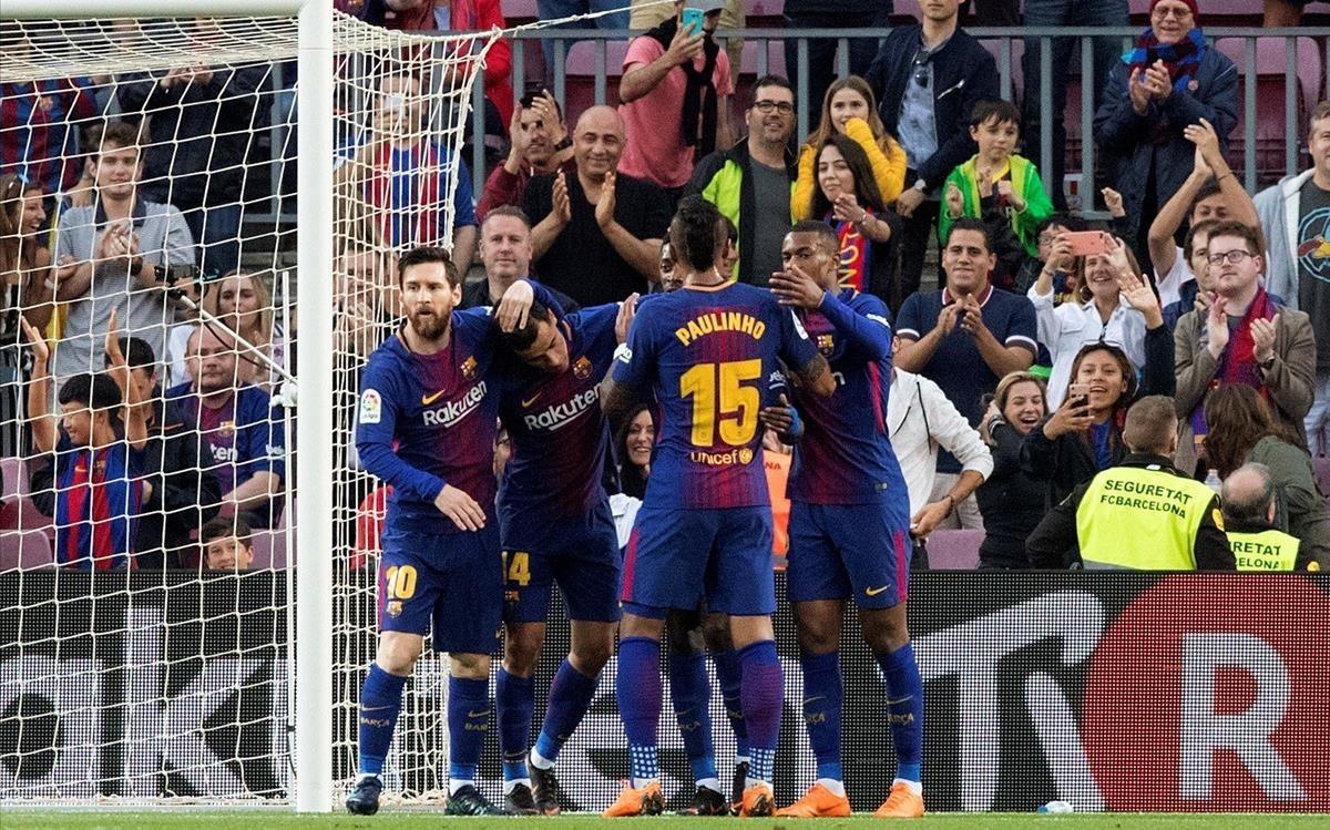Los jugadores del Barça felicitan a Coutinho tras el primer gol azulgrana