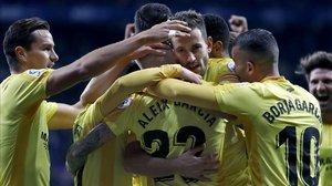 Los jugadores del Girona abrazan a Stuani después de que marcara el segundo gol al Espanuyol.
