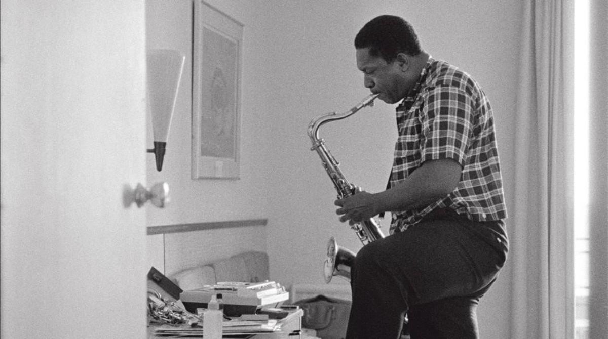 John Coltrane en 1964 ensayando en su habitacioón en el hotel deJuan-les-Pins, Antibes.