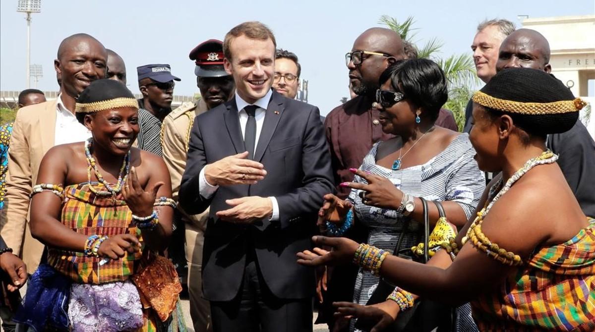 Emmanuel Macron es recibido a su llegada en Ghana con una ceremonia de bienvenida.