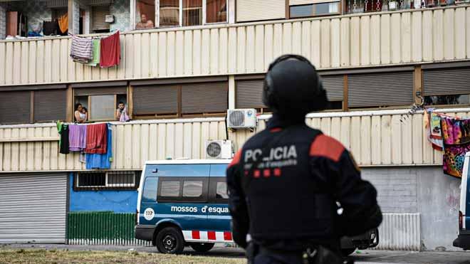 Macrooperación de los Mossos en La Mina contra una banda dedicada a los robos.