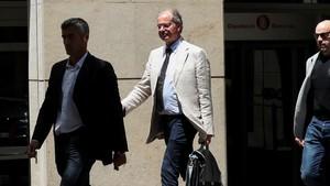 El magistrado Joaquín Aguirre saliendo de la Diputació de Barcelona, esta mañana.