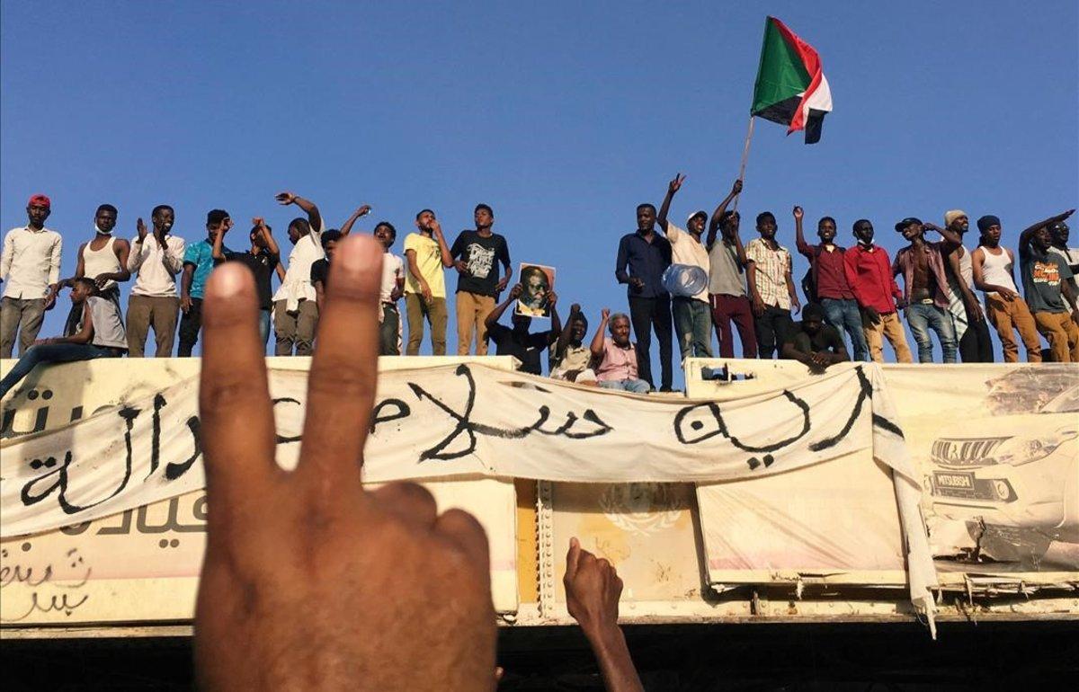 Manifestantes sudaneses piden la dimisión del presidente ante la sede del ministerio de Defensa en Jartum.