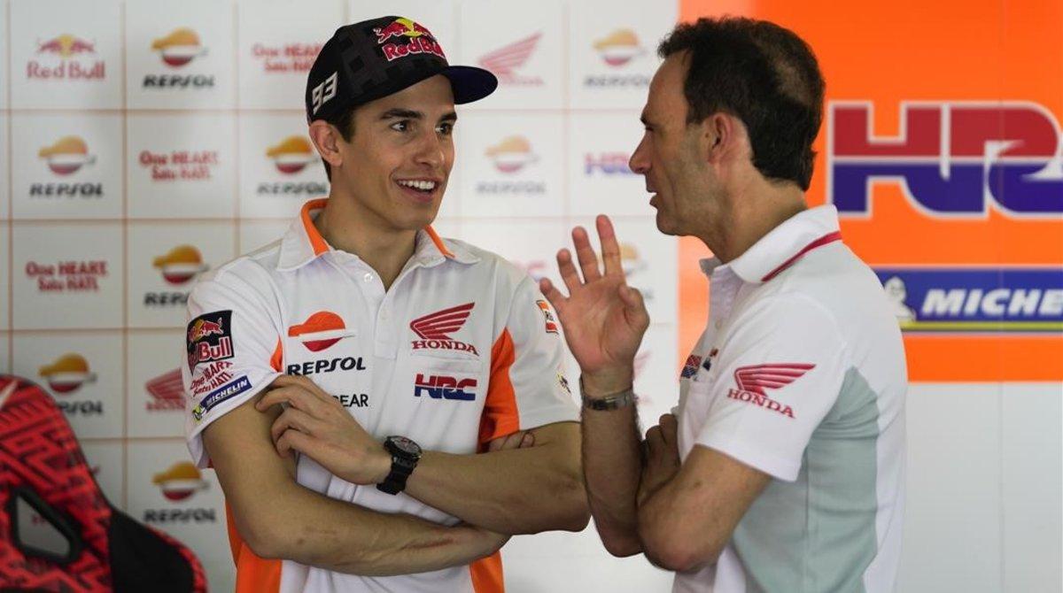 Marc Márquez y Alberto Puig conversan en el boxe del equipo Repsol Honda, en Malasia.