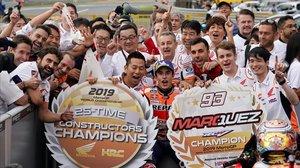 Marc Márquez comparte con su equipo la alegria de haber conseguido el título de constructores, en Motegi, para Honda.