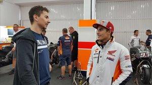 Marc Márquez, a la derecha, da la bienvenida, el 20 de noviembre pasado, a Jorge Lorenzo al box del equipo Repsol-Honda, en el circuito de Cheste (Valencia).