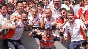 Marc Márquez (Honda) celebra con todo su equipo su triunfo en Francia.