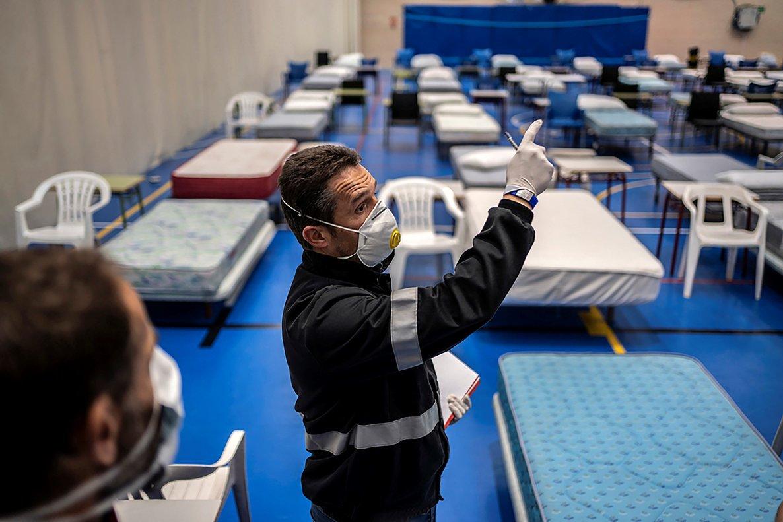 Fotografía facilitada por Medicos Sin Fronteras del interior del hospital de campaña habilitado por el Ayuntamiento de Leganés en el pabellón deportivo Carlos Sastre, el pasado 1 de abril.