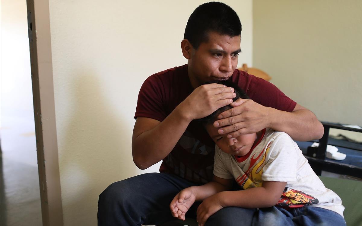 Un inmigrante centroamericanoabraza a su hijo después de que lograran reunirse en El Paso, Texas.