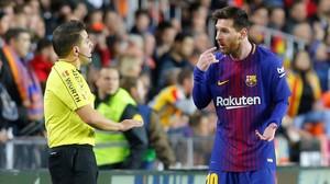 Messi conversa con el asistente sobre la jugada del gol no concedido.