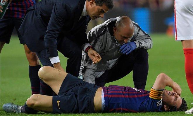 Messi, atendido en la banda tras lesionarse el codo.