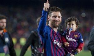 Messi da la vuelta al campo con Ciro, su tercer hijo, en brazos, en la fiesta del alirón tras el triunfo sobre el Levante.