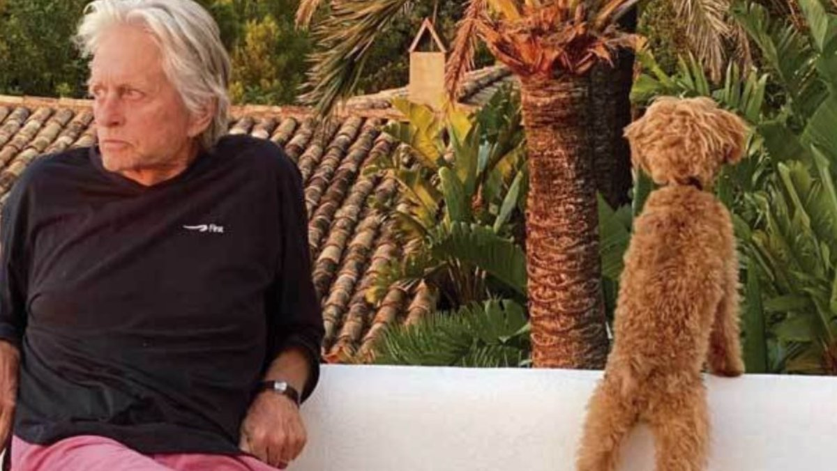 Michael Douglas con su mascota en su finca mallorquina de s'Estaca.