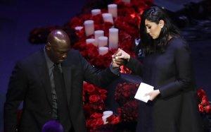 Michael Jordan ayuda a Vanessa Bryant a bajar del estrado tras su discurso