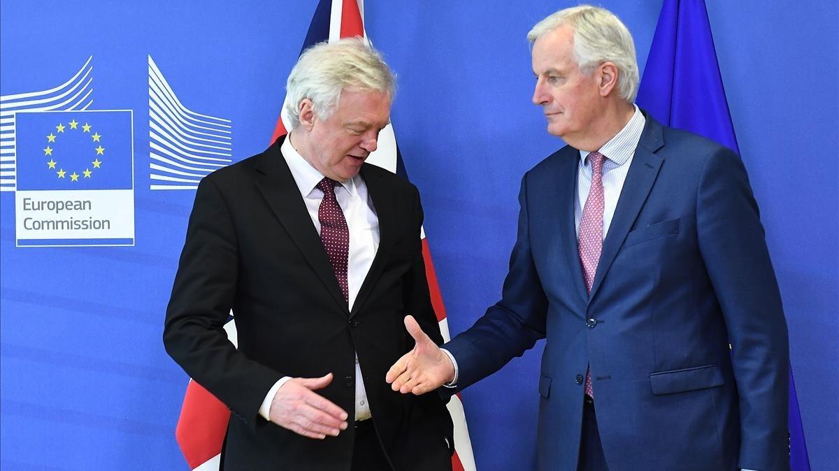 Michel Barnier tiende la mano a David Davis en la sede de la Comisión Europea, en Bruselas.