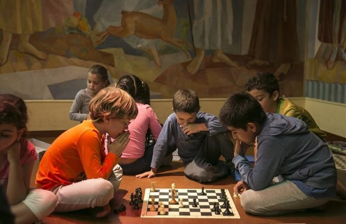 Alumnos de la Escola del Mar de Barcelona, durante la hora de trabajo personal, dedicada a hacer deberes, leer o jugar.