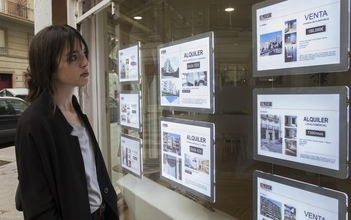 Amparo Soría, consulta los anuncios de una inmobiliria en Valènica.