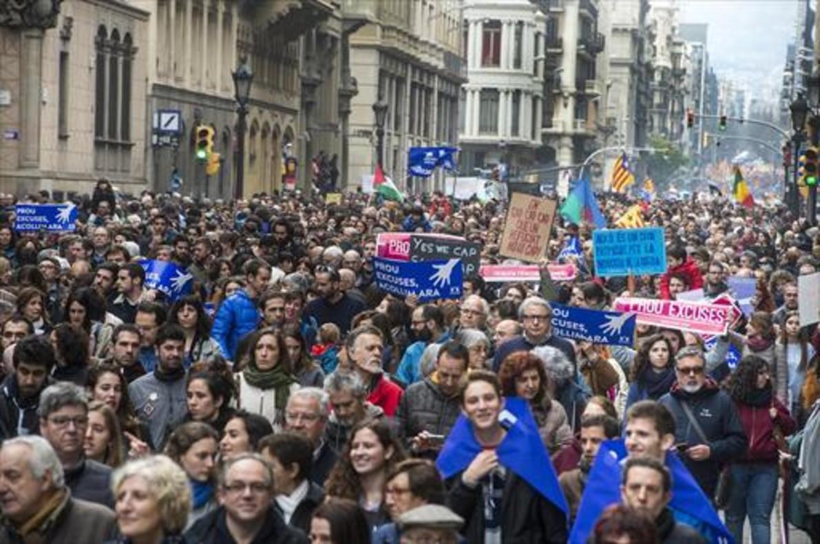 Un momento de la simulación de un rescate de inmigrantes en la Barceloneta.