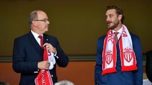 Alberto de Mónaco y su sobrino Pierre Casiraghi, en un partido de fútbol.