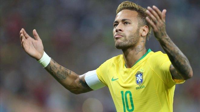 Neymar se quejadurante el amistoso disputado ante Argentina en Arabia Saudí.