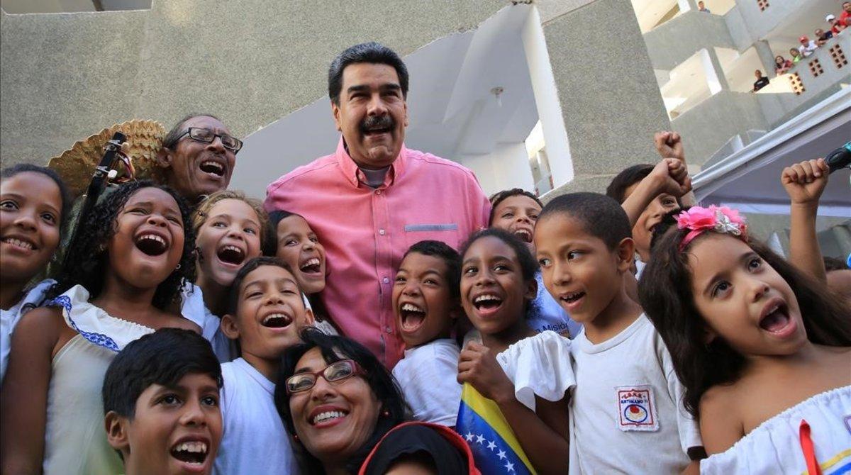 Nicolás Maduro en un acto con niños de familias pobres en el palacio de Miraflores.
