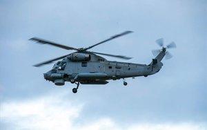 Un helicóptero militar realiza labores de rescate tras la erupción del volcánWhakaari.
