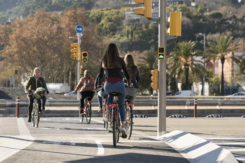 Nuevo carril bici de la calle Josep Carner de Barcelona.