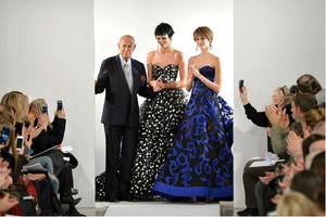 Oscar de la Renta saluda a l'acabar la seva desfilada, en l'última edició de febrer del 2014, a la Fashion Week de Nova York.