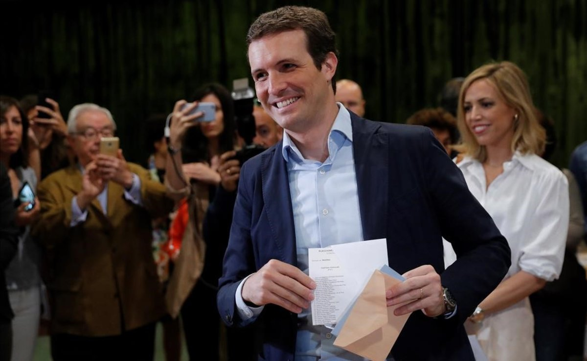 Pablo Casado vota junto a su esposa, Isabel Torres.