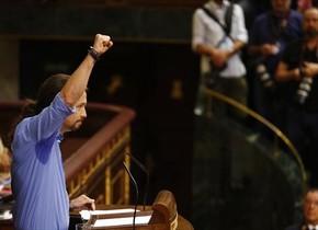 Pablo Iglesias levanta el puño,en la tribuna del Congreso.