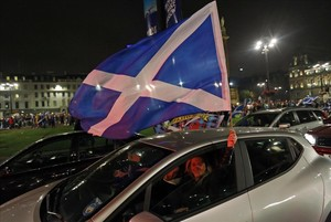 Partidarios de la independencia agitan una bandera de Escocia en el centro de Glasgow