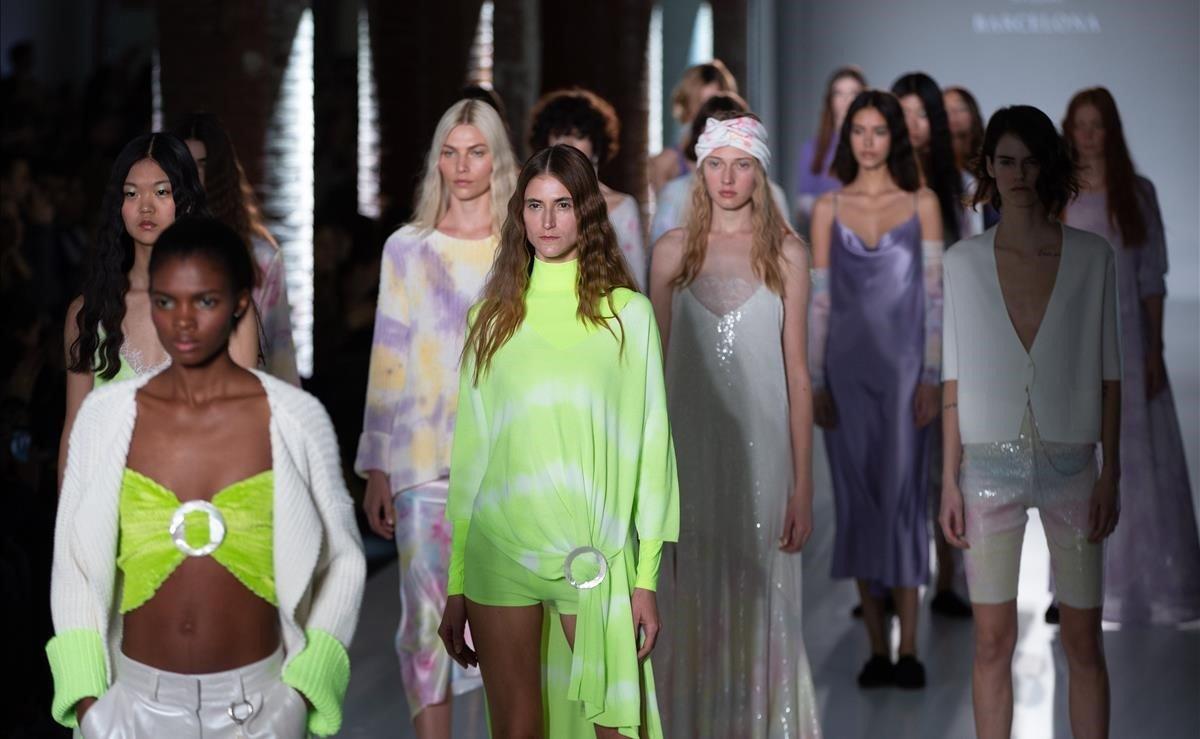 Varias modelos visten las propuestas de la firma Escorpión, durante el cuarto desfile celebrado hoy en la jornada inaugural de la pasarela 080 Barcelona Fashion, que estos próximos días se celebra en el Recinto Modernista de Sant Pau.