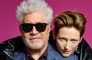 Pedro Almodóvar y Tilda Swinton, en una imagen promocional de 'La voz humana'