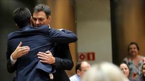 Pedro Sánchez abraza a Antonio Hernando, este martes en el Congreso.