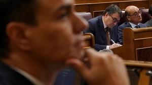 Pedro Sánchez en primer plano y detrás Aitor Esteban, del PNV.