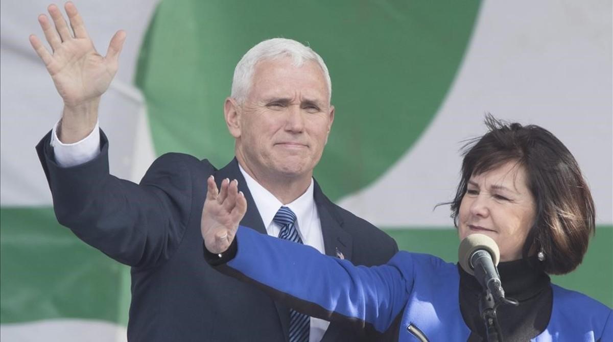 Pence y su esposa, Karen Pence, saludan al público antes de iniciar su discurso durante la llamada Marcha por la Vida, celebrada en la Explanada Nacional de Washington, este viernes.