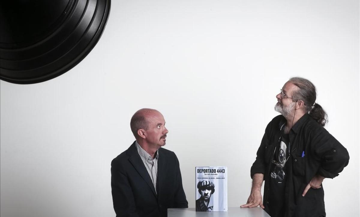 El periodista y escritor Carlos Hernández (izquierda) y el dibujante Ioannes Ensis, en Barcelona.