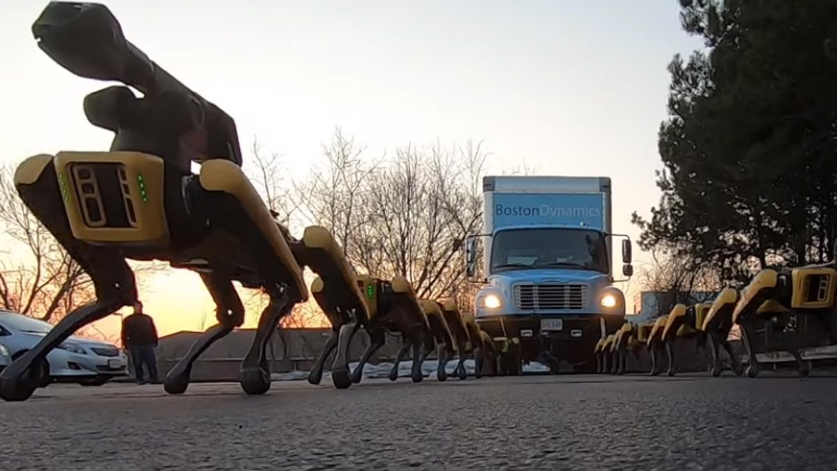 El perro robot SpotMini muestra su extraordinaria fuerza: 10 de ellos son capaces de remolcar un camión.