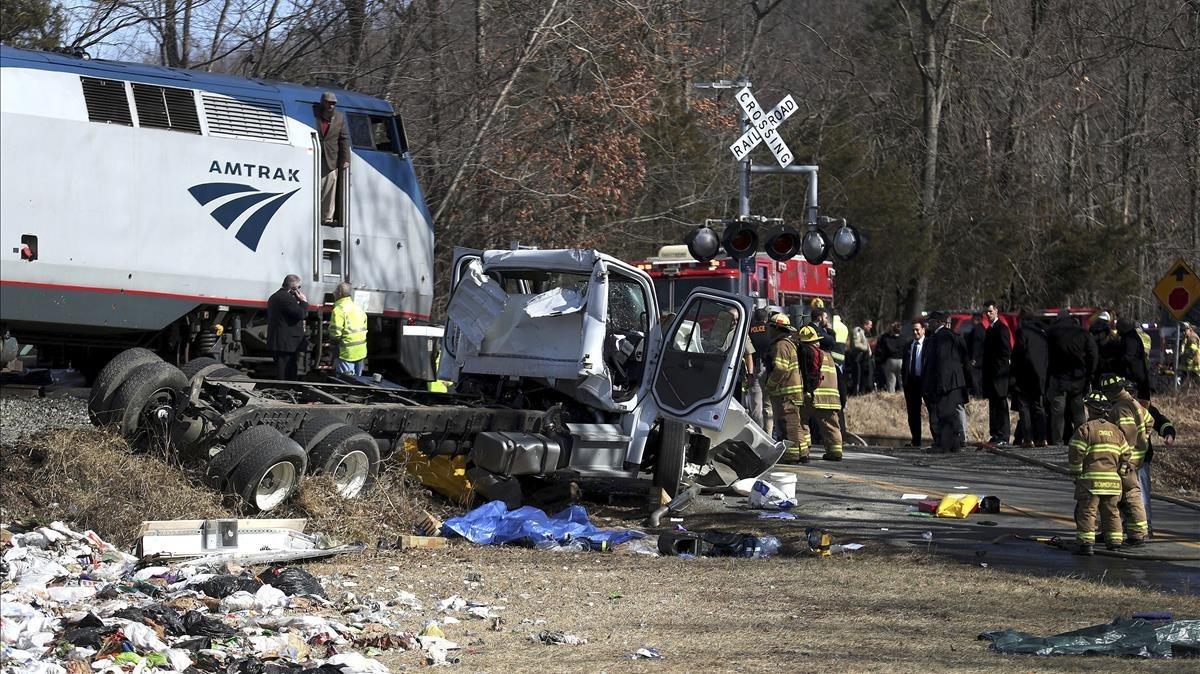 Personal de emergencias trabaja en la escena del accidente, en Crozet (Virginia Occidental, EEUU), el 31 de enero.