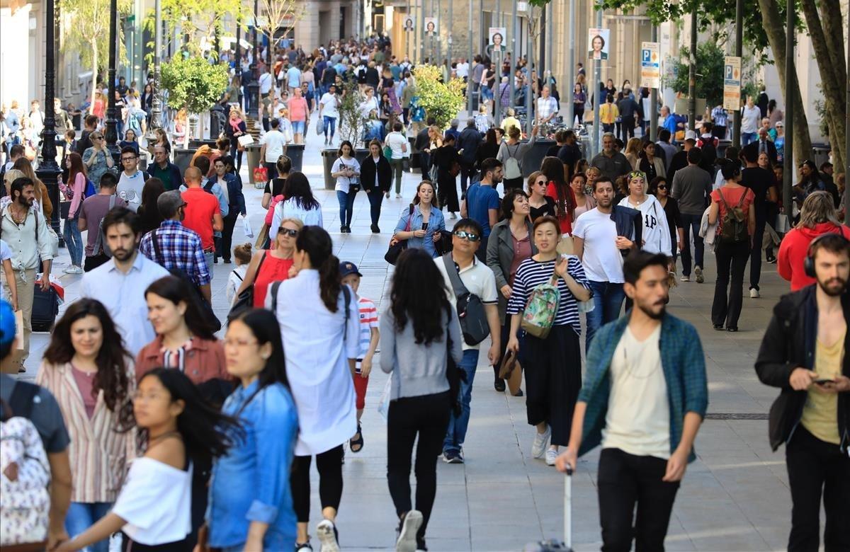 Personas paseando por Portal del Ángel, en Barcelona.
