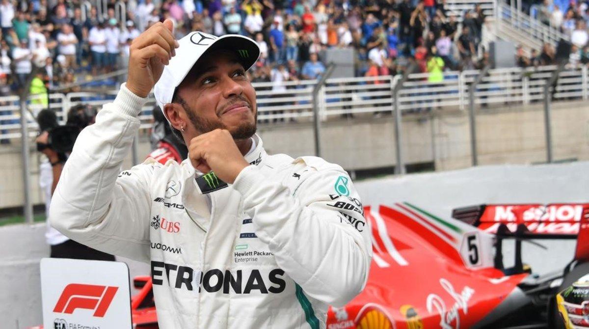 El piloto británico Lewis Hamilton (Mercedes) celebra su décima pole del año en Brasil.