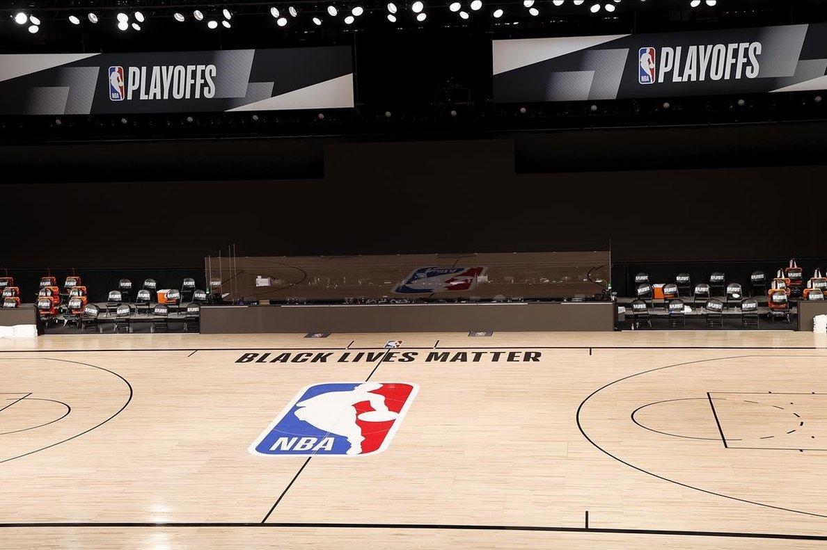 Pista vacía donde tenían que jugar los Milwaukee Bucks, en Florida, con el lema 'Black Lives Matter'.