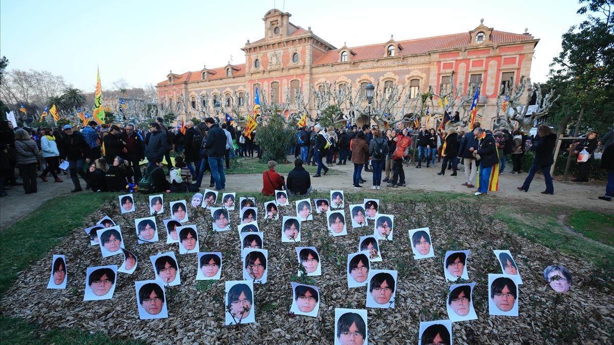 Plantada de máscaras de Carles Puigdemont delante del Parlament.