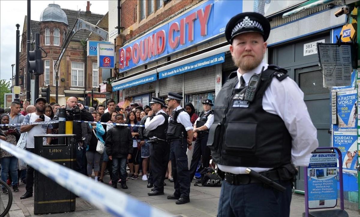 Agentes de policíaen una redada en East Ham.
