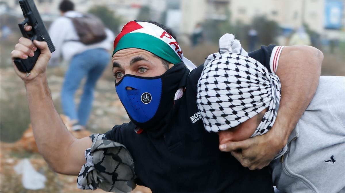 Un policía israelí infiltrado detiene a un manifestante palestino durante los choques posteriores a una protesta en Ramala, el 13 de diciembre.