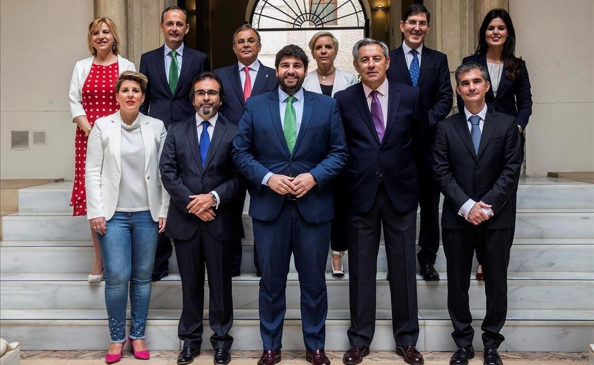 El presidente de Murcia posa con su ejecutivo tras renovar a cuatro consejeros, este sábado.