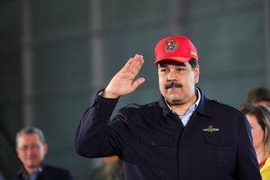 El presidente de Venezuela, Nicolás Maduro, mira un desifle militar que commemora el 98º aniversario de las Fuerzas Aéreas