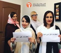 Protesta de varias mujeres contra el hijab obligatorio en sus puestos de trabajo, en Teherán, el 21 de junio.