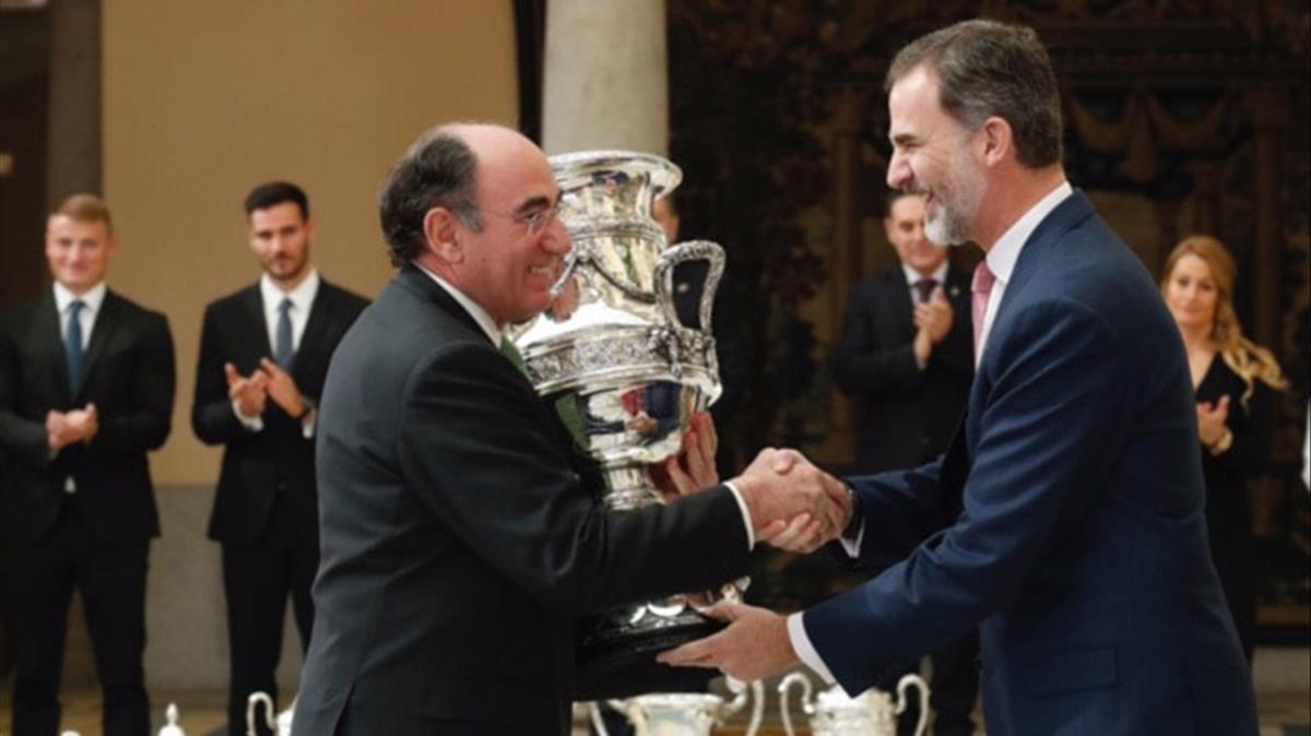 El rey Felipe VI entrega la Copa Stadium a Ignacio Galán, presidente de Iberdrola.