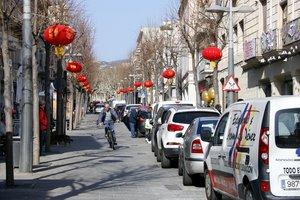 Decenas de vehículos aparcados en la Riera de Mataró, a pesar de estar prohibido.